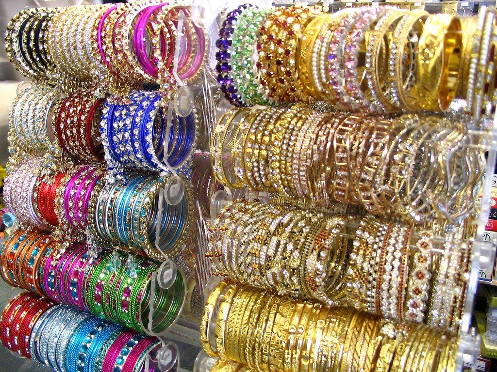 Porté sur le poignet, les bracelets \u201cchuriyans\u201d, sont mis par les femmes pour la protection de leurs maris.Comme tout les bijoux ces bracelets sont